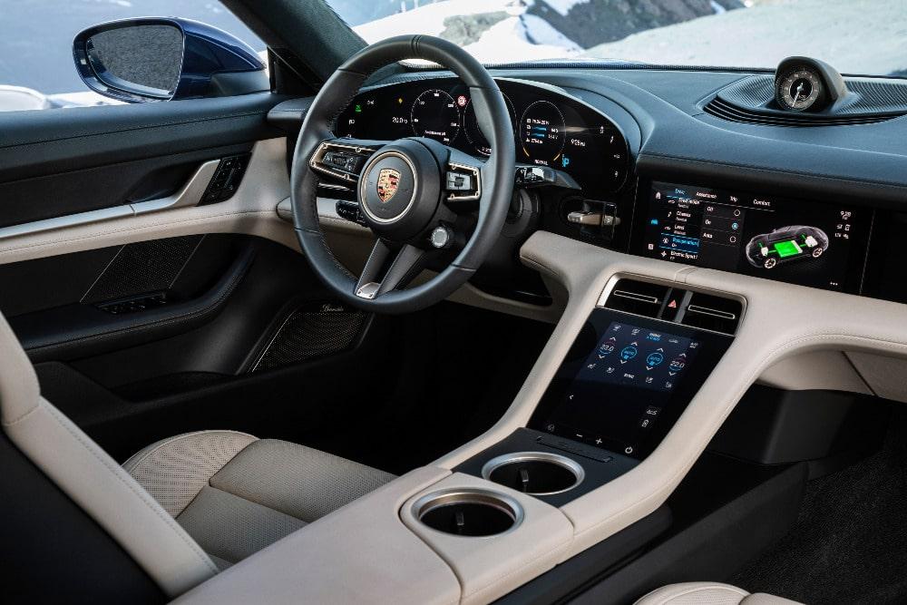 Porsche Taycan electrique interieur